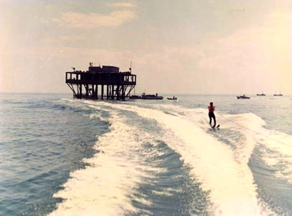 2.L-incredibile-storia-dell-Isola-delle-rose.by Sydney Sibilia
